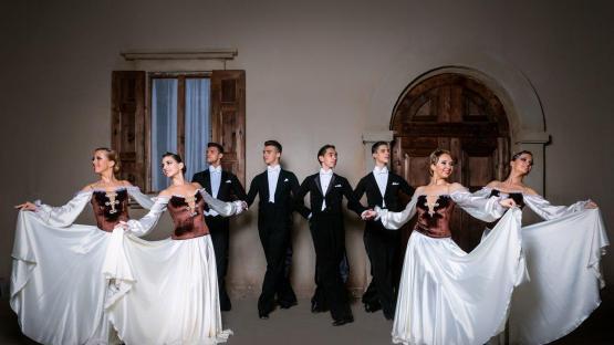 Исторические бальные танцы в исполнении танцевального шоу «Valery»