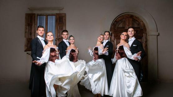 Исторические бальные танцы в исполнении шоу-балета «Valery»